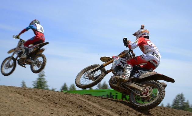 Facciotti and Alessi climbing a hill in a race.