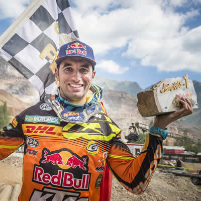 Alfredo Gomez holds up the trophy he won at the Erzbergrodeo.
