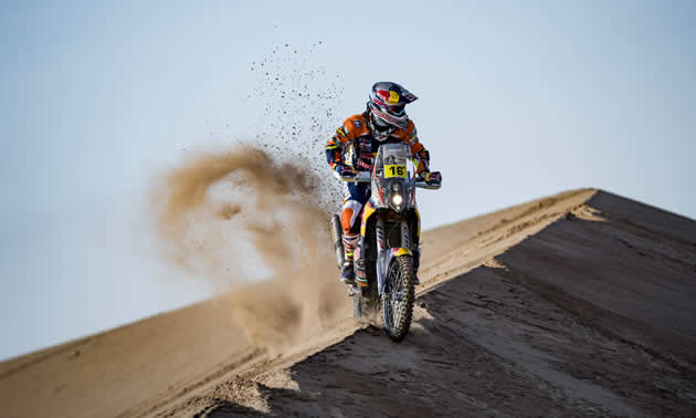 Matthias Walkner on the top of a sand dune in the Dakar 2017 rally.